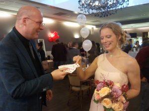 bruid Marloes en John de rondlopende bruiloft goochelaar
